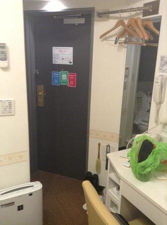 Hotel Shinbashi Sanbankan : 房間內部