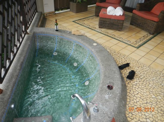Arenas del Mar Beachfront & Rainforest Resort: Jacuzzi on huge balcony