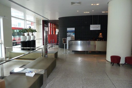 Park Plaza Nottingham: Check-in desk with the restaurant in the background