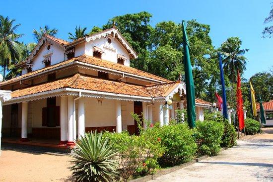 Isipathanaramaya Buddhist Temple: The Shine Room