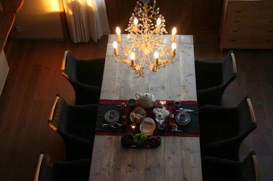 Het Midden van de Wereld : Breakfast is served in the cosy dining room.