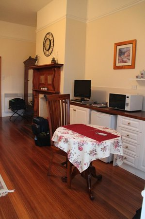 Huonville Guesthouse: Bellevue Suite kitchenette area