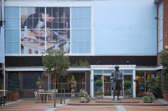 Wedgwood Museum: Josiah Wedgwood statue at the museum
