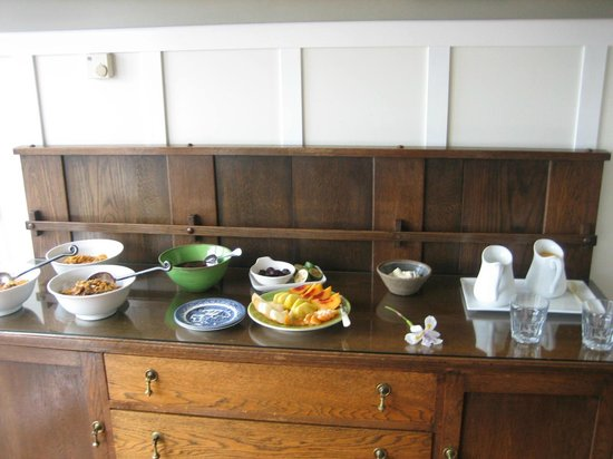 Arcadia Lodge: The breakfast buffet for two of us!