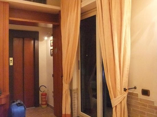 Hotel Suite Esedra : エレベーターに直結。右手がテラスへの出口