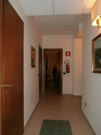 Hotel Sant Angelo: Corridor to our room.Third floor.