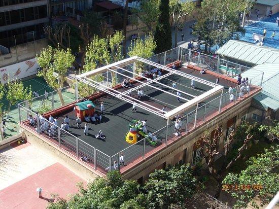 Casa Teva: uitzicht vanaf het balkon op het schoolplein