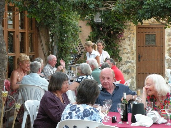 Restaurante Los Pastores: people enjoying the courtyard setting