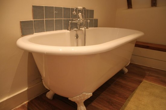 Great Broxhall Farm Bed and Breakfast: Roll Top Bath- a truly great way to relax, a real treat