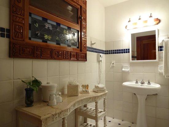 The Lodge at Chichen Itza: The white bathroom