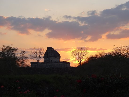 The Lodge at Chichen Itza: Sunset from lobby entrance