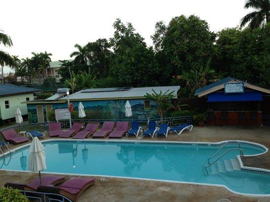 توبيز ريزورت: One of the two pools