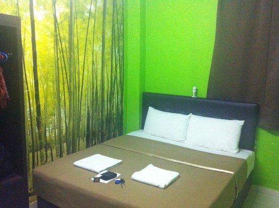 Panorama Inn Hotel: Simple bed