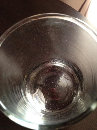 DoubleTree by Hilton Hotel Raleigh - Brownstone - University: Dirty glass