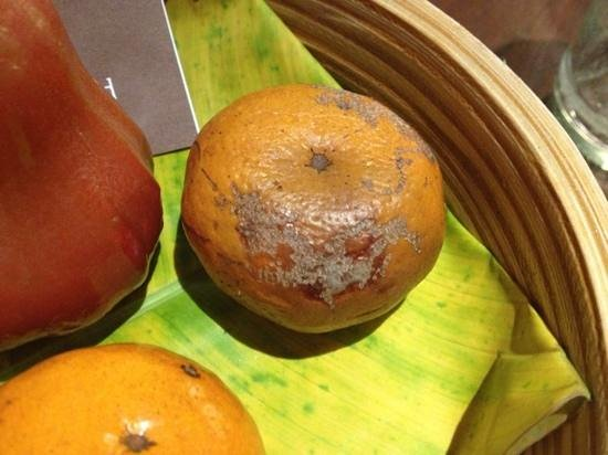 "Anantara Lawana Koh Samui Resort: semi-off fruit... is this a 5-star way to welcome your ""distinguished"" guests???"