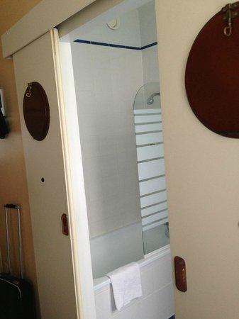 Hotel du Louvre Saint-Malo : Salle de bains