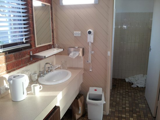 Admiral Motor Inn: Wash basin is outside the bathroom which is actually a useful feature