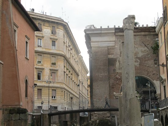 Via Portico d'Ottavia: Portico d'Ottavia side view
