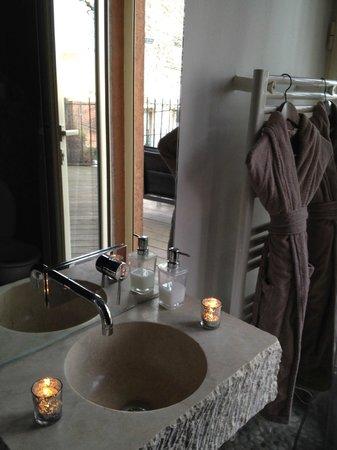 LE GOURGUILLON: Le joli coin lavabo et les peignoirs
