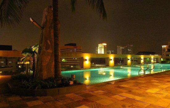 Somerset Bencoolen: The roof top swimming pool