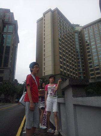 Eastin Hotel Kuala Lumpur: ホテルでてすぐ近くの大通りでタクシーはすぐにつかまります