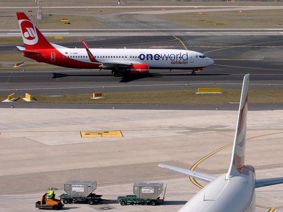 Dusseldorf airport visitor's terraces: Von der Terrasse kann man die startenden Flugzeuge gut beobachten