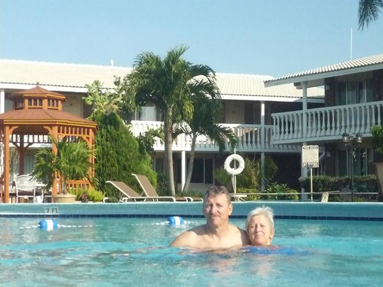 Best Western Palm Beach Lakes Inn: beautiful crystal clear pool