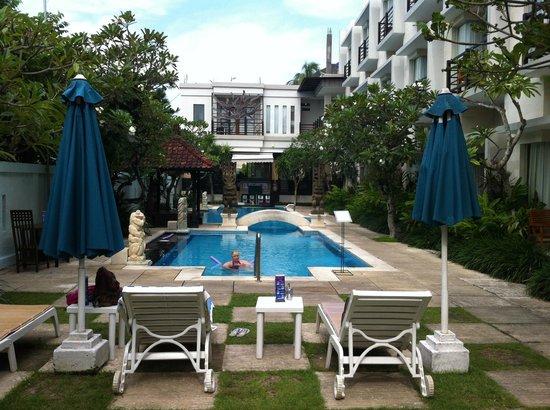 Baleka Resort Hotel & Spa: Pool looking toward Gula Gula