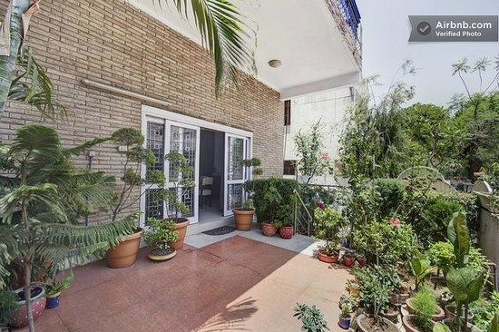 Darshan Home Stay: Garden area