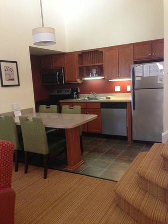 Residence Inn Cherry Hill Philadelphia: Kitchen area.