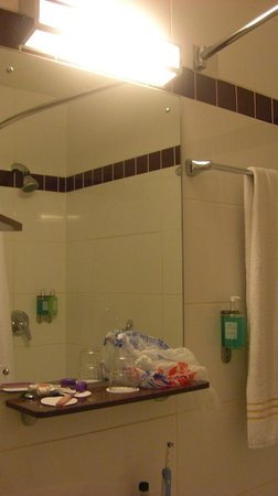 Jurys Inn Belfast: shower1