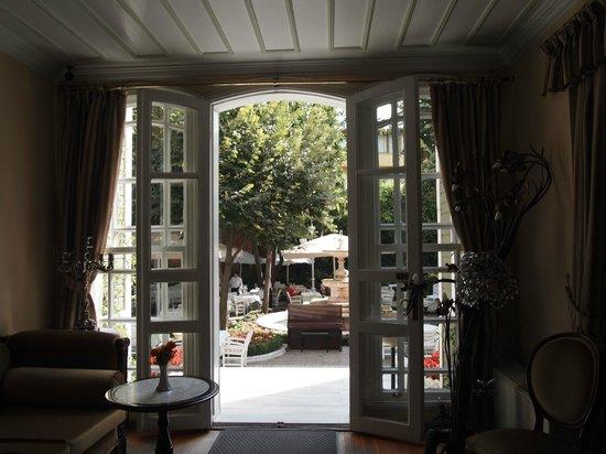 Hotel Yesil Ev: フロントから中庭へ