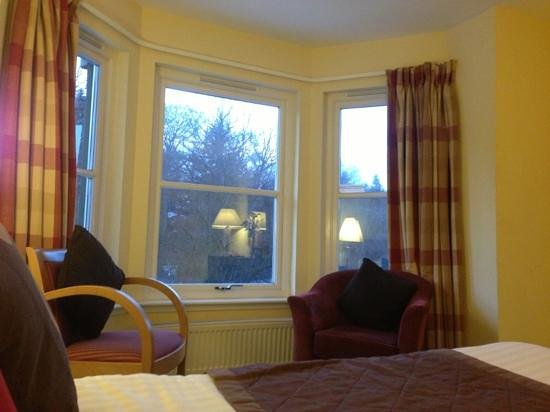 Bridge of Cally Hotel: nice bay window, clean and fresh room.