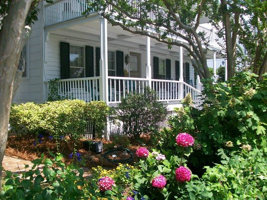 Langdon House Bed and Breakfast: One short block away from water front
