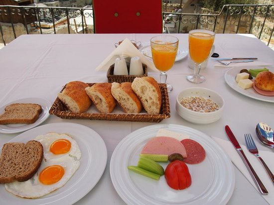 Hezen Cave Hotel: Delicious Breakfast on the patio with a beautiful view