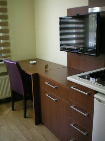 Comfort Suite Taksim: TV and desk