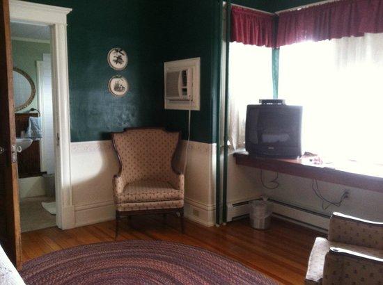 Mansion House Inn: Desk, TV & Chair in 1st floor room
