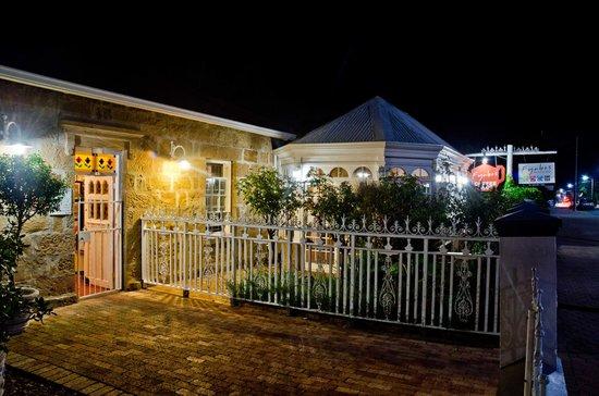 Fynbos Gourmet Restaurant: Entrance at Night