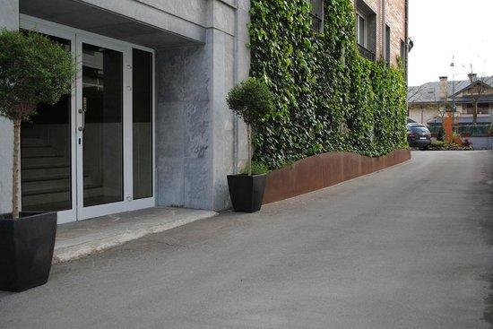 Hotel Gernika: Entrada lateral acceso ascensor