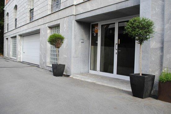 Hotel Gernika: Entrada lateral junto a la entrada de garaje