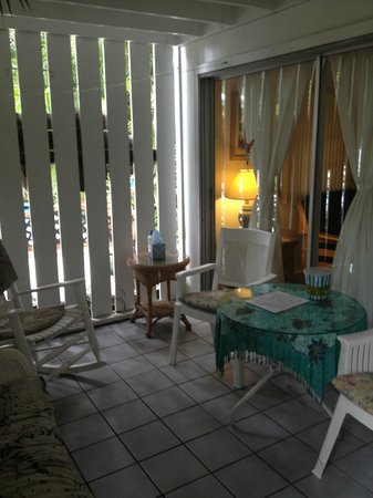 Papa's Hideaway: Covered porch