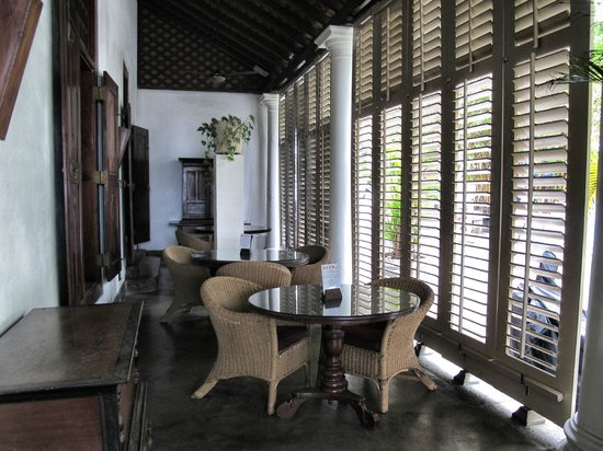 Galle Fort Hotel: The wonderful bar/verandah. So Hemingway!