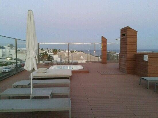 Apartamentos Fariones: Great roof top terrace with jacussi.