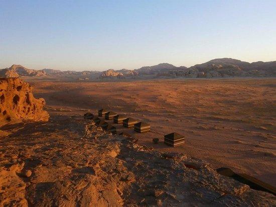 Rumshines: 夕日に照らされるキャンプ