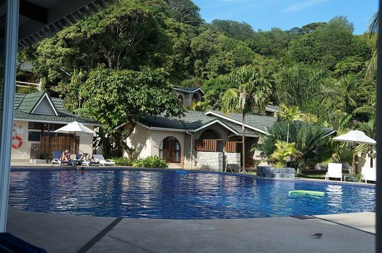 Coco de Mer - Black Parrot Suites: mountain view swimming pool