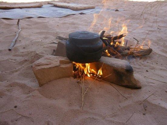 Rumshines: 自分たちで拾った枯れ枝で沸かされるベドウィンのお茶