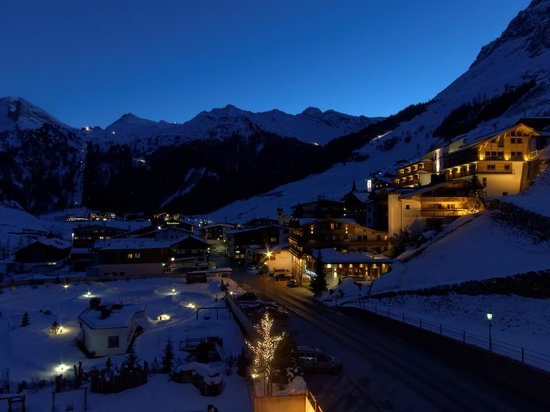 Hotel Alpenhof Hintertux: Evening view from the balcony