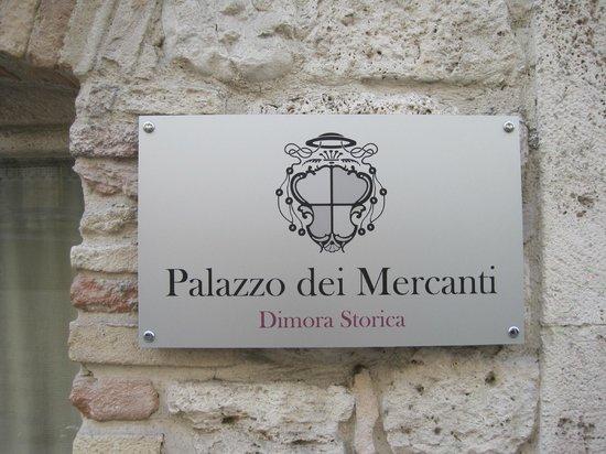 Hotel Palazzo dei Mercanti: la targa all'entrata