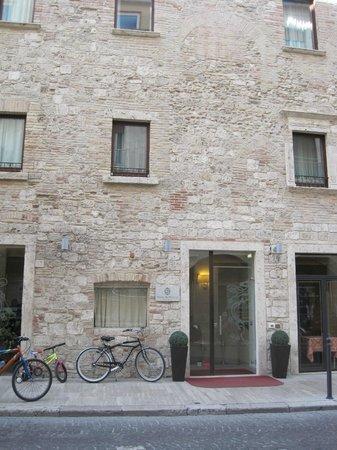 Hotel Palazzo dei Mercanti: facciata e ingresso