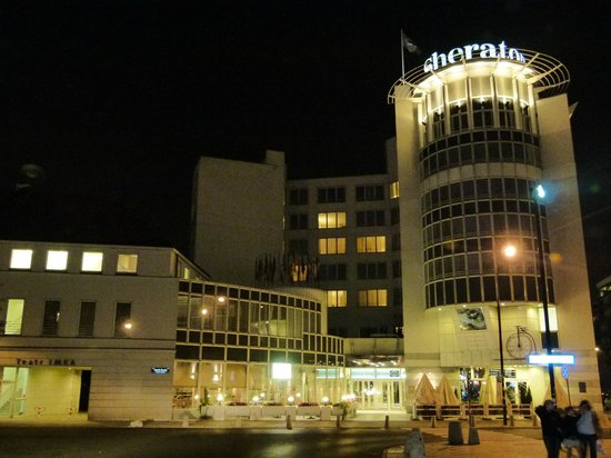 Sheraton Warsaw Hotel : View of hotel from across the square